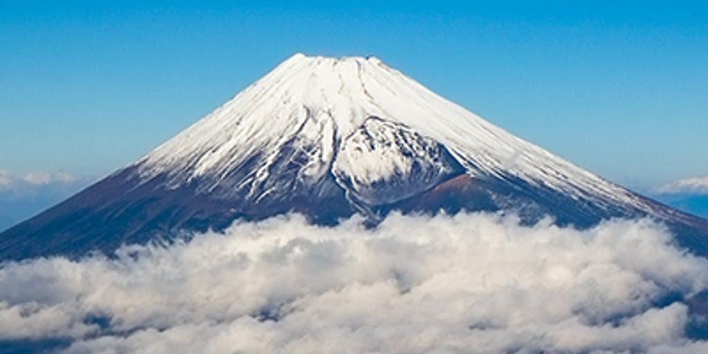 雪が降った山の景色  自動的に生成された説明